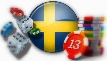 Rund svensk flagga omgiven av tärningar och spelpolletter i olika färger